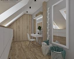 Garderoba - Średnia garderoba z oknem przy sypialni, styl skandynawski - zdjęcie od Anna Romik Architektura Wnętrz