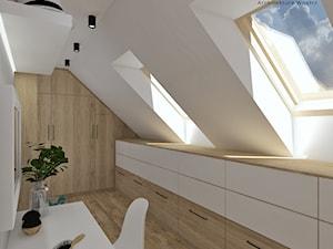 Garderoba - Średnia zamknięta garderoba z oknem na poddaszu, styl skandynawski - zdjęcie od Anna Romik Architektura Wnętrz