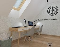 Biuro domowe - Średnie szare białe biuro kącik do pracy na poddaszu, styl skandynawski - zdjęcie od Anna Romik Architektura Wnętrz