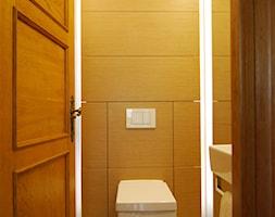 Toaleta dla gości w domu jednorodzinnym / Łańcut - Mała biała żółta łazienka na poddaszu w bloku bez okna, styl nowoczesny - zdjęcie od Huk Architekci