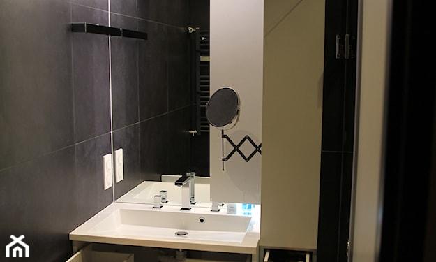 mała łazienka, lustro bez ramy, wąska szafka łazienkowa