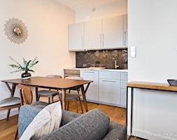 Dwupokojowe mieszkanie na osiedlu Garnizon w Gdańsku - Mała otwarta biała szara kuchnia jednorzędowa w aneksie, styl nowoczesny - zdjęcie od Kasia Gal
