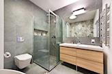 kabina prysznicowa walk-in, łazienka w odcieniach szarości, lustro łazienkowe bez ramy