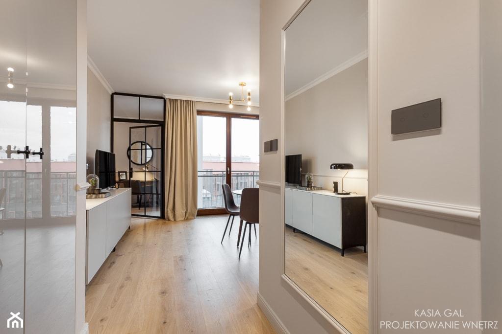 Dwa pokoje z dużą garderobą w ponadczasowym stylu - Średni biały hol / przedpokój, styl nowoczesny - zdjęcie od Kasia Gal - Homebook