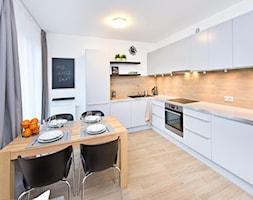 Dwupokojowe mieszkanie wykończone za 55 tys. - Średnia otwarta biała kuchnia w kształcie litery l w aneksie, styl nowoczesny - zdjęcie od Kasia Gal