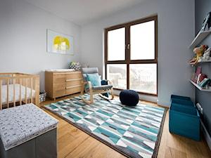 Apartament w Gdańsku - Duży biały szary pokój dziecka dla chłopca dla dziewczynki dla niemowlaka, styl nowoczesny - zdjęcie od Kasia Gal
