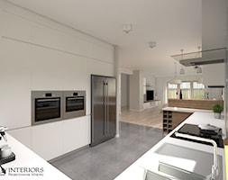 Domek jednorodzinny w Tomaszowie - parter - Duża otwarta biała kuchnia w kształcie litery g z oknem, styl skandynawski - zdjęcie od Zieja Interiors Design