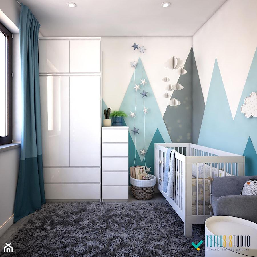 Pokój dla noworodka - Mały biały niebieski pokój dziecka dla chłopca dla malucha, styl nowoczesny - zdjęcie od Totius Studio