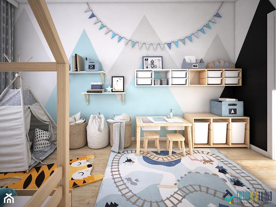 Aranżacje wnętrz - Pokój dziecka: Skandynawski dom z nutą minimalizmu - Średni biały szary pokój dziecka dla chłopca dla dziewczynki dla malucha, styl skandynawski - Totius Studio. Przeglądaj, dodawaj i zapisuj najlepsze zdjęcia, pomysły i inspiracje designerskie. W bazie mamy już prawie milion fotografii!