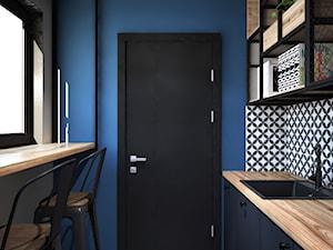 biuro w stylu industrialnym - Średnia zamknięta niebieska kuchnia jednorzędowa z oknem, styl industrialny - zdjęcie od Totius Studio