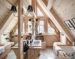 Chalet Nr 4 - Ornacki - Średnia łazienka na poddaszu z oknem, styl rustykalny - zdjęcie od Górska Osada - Luxury Chalets in Tatra Mountains