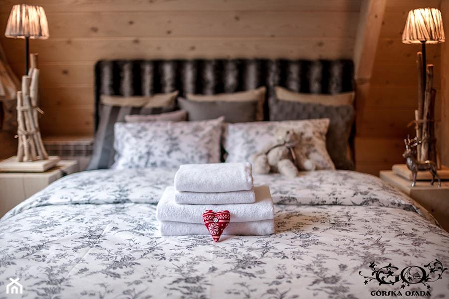 Aranżacje wnętrz - Sypialnia: Chalet Nr 4 - Ornacki - Średnia brązowa sypialnia dla gości na poddaszu, styl rustykalny - Górska Osada - Luxury Chalets in Tatra Mountains. Przeglądaj, dodawaj i zapisuj najlepsze zdjęcia, pomysły i inspiracje designerskie. W bazie mamy już prawie milion fotografii!