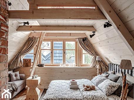 Aranżacje wnętrz - Sypialnia: Chalet Nr 4 - Ornacki - Mała sypialnia małżeńska na poddaszu, styl rustykalny - Górska Osada - Luxury Chalets in Tatra Mountains. Przeglądaj, dodawaj i zapisuj najlepsze zdjęcia, pomysły i inspiracje designerskie. W bazie mamy już prawie milion fotografii!