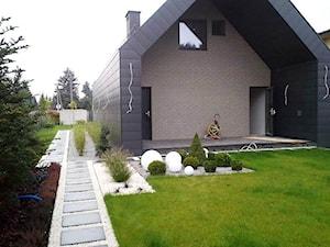 Realizacje - Średni ogród za domem zadaszony przedłużeniem dachu - zdjęcie od Twój ogród marzeń