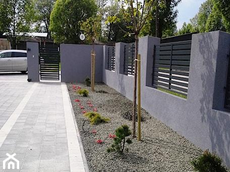 Aranżacje wnętrz - Ogród: Realizacje - Średni ogród przed domem - Twój ogród marzeń. Przeglądaj, dodawaj i zapisuj najlepsze zdjęcia, pomysły i inspiracje designerskie. W bazie mamy już prawie milion fotografii!