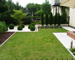 Realizacje - Średni ogród przed domem z parasolem - zdjęcie od Twój ogród marzeń