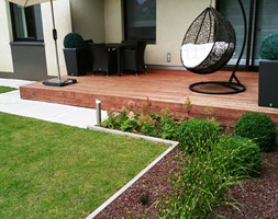 Realizacje - Mały ogród za domem zadaszony przedłużeniem dachu - zdjęcie od Twój ogród marzeń