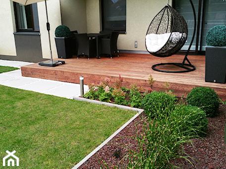 Aranżacje wnętrz - Ogród: Realizacje - Mały ogród za domem zadaszony przedłużeniem dachu - Twój ogród marzeń. Przeglądaj, dodawaj i zapisuj najlepsze zdjęcia, pomysły i inspiracje designerskie. W bazie mamy już prawie milion fotografii!