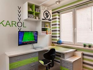 TU RZĄDZI KAROL - Średni biały kolorowy pokój dziecka dla chłopca dla nastolatka - zdjęcie od FARAT studio Joanna Matwiejuk