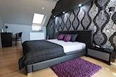 sypialnia w stylu glamour na poddaszu, drewniana podłoga, grafitowa narzuta, fioletowy dywan