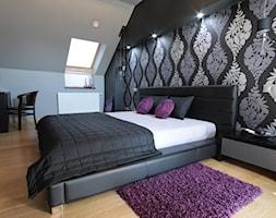 BIAŁY...STOK - Duża szara czarna sypialnia małżeńska na poddaszu - zdjęcie od FARAT studio Joanna Matwiejuk