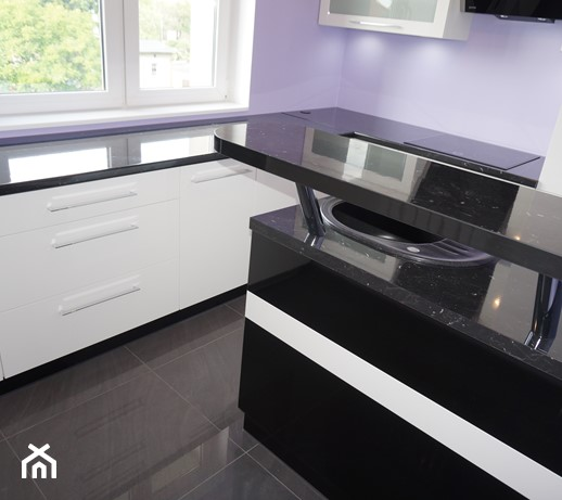 Biała kuchnia z czarnym blatem  zdjęcie od FILMAR meble