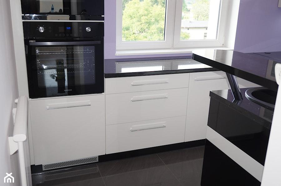 Biała kuchnia z czarnym blatem  zdjęcie od FILMAR meble -> Kuchnia Kremowa Z Szarym Blatem