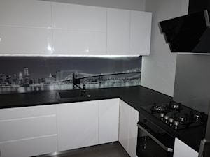Biała kuchnia z fototapetą New York