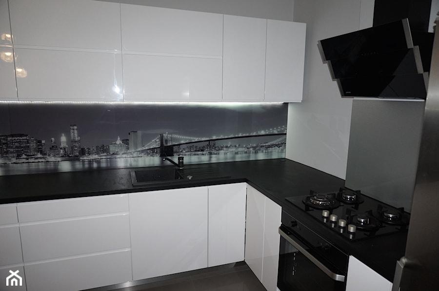 Biała Kuchnia Z Fototapetą New York Zdjęcie Od Filmar