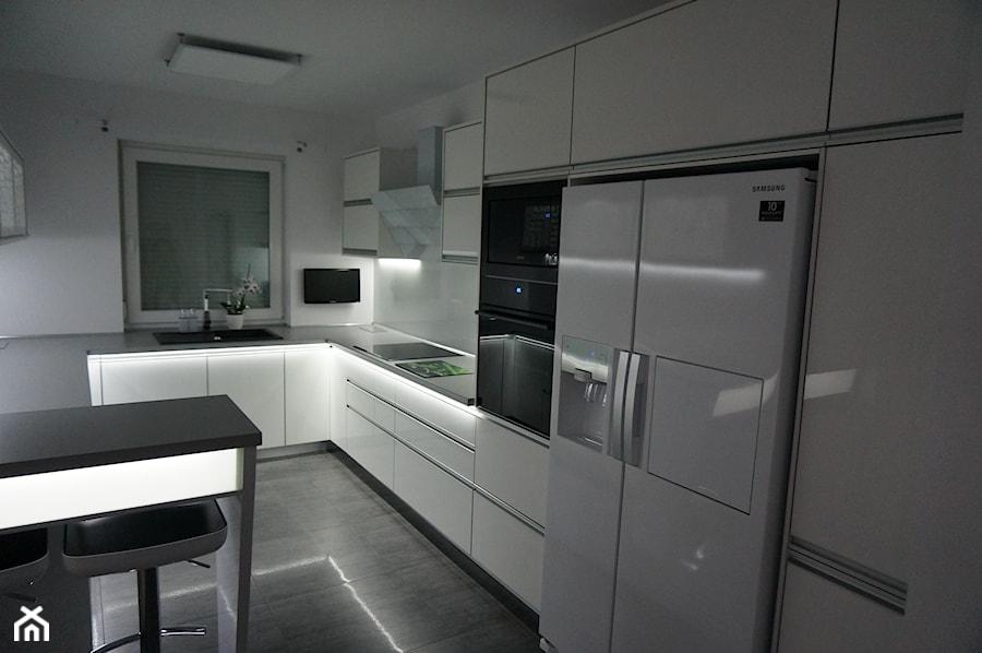 nowoczesne meble kuchenne z oświetleniem ledowym zdjęcie