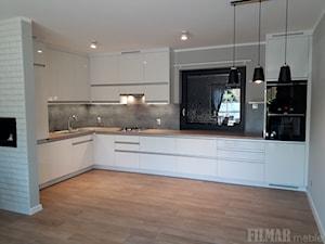 Beton i drewno w białej kuchni - Średnia otwarta szara kuchnia w kształcie litery l w aneksie z oknem, styl nowoczesny - zdjęcie od FILMAR meble