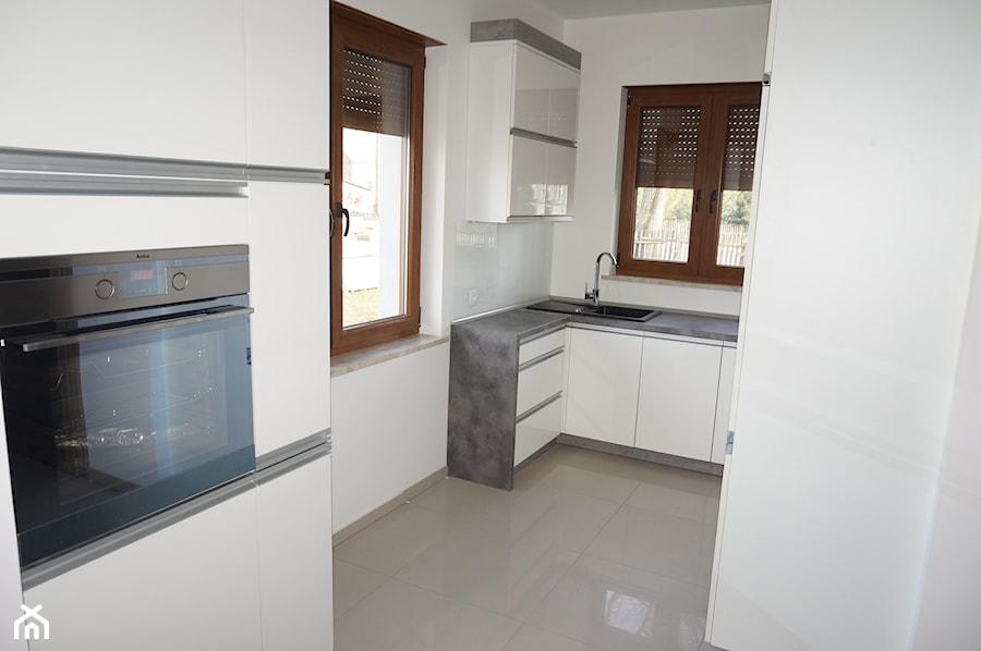 Meble kuchenne z akrylowymi białymi frontami  zdjęcie od   -> Biala Kuchnia Kolor Ral