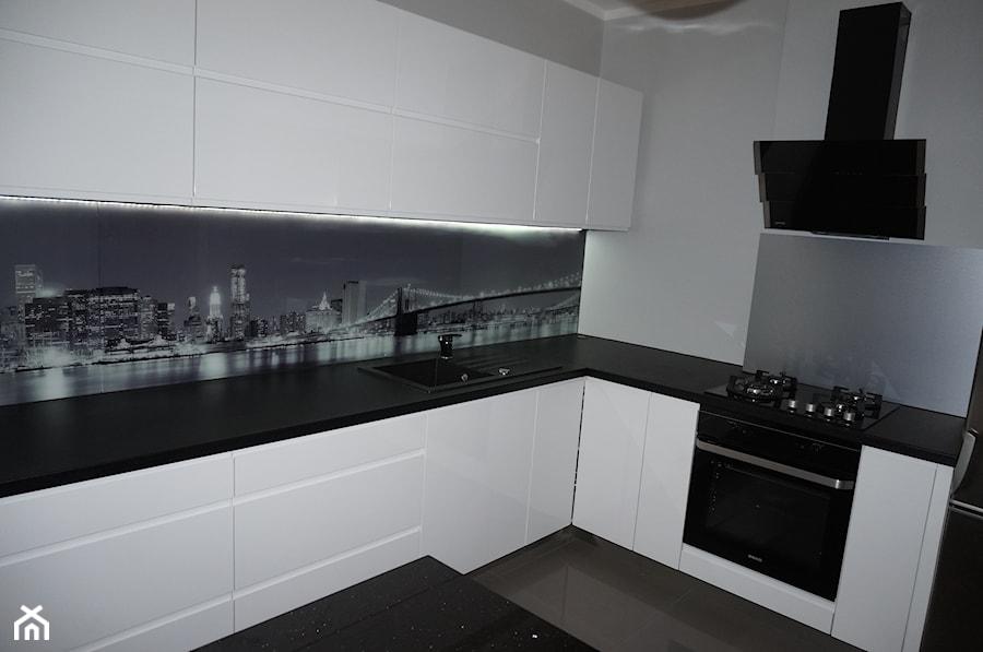Biała kuchnia z fototapetą New York  zdjęcie od FILMAR meble -> Biala Kuchnia Szary Lacobel
