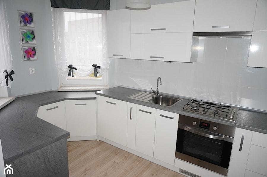 Biała kuchnia z szarym blatem  zdjęcie od FILMAR meble -> Kuchnia Kremowa Z Szarym Blatem