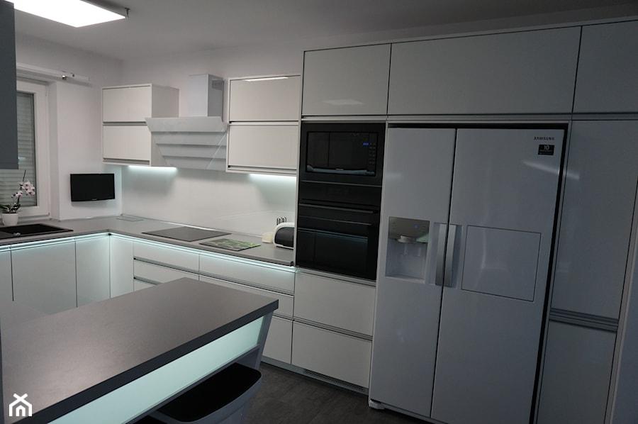 Nowoczesne meble kuchenne z oświetleniem ledowym  zdjęcie   -> Kuchnia W Kafelkach