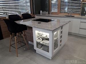 Kuchnia z granitowym blatem - Średnia otwarta zielona kuchnia jednorzędowa w aneksie z wyspą z oknem, styl nowoczesny - zdjęcie od FILMAR meble