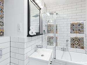 Mieszkanie - Mała biała łazienka w bloku bez okna - zdjęcie od michalakfotografia