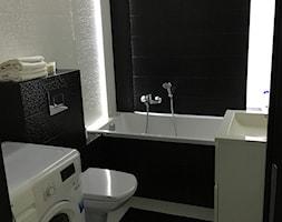 MAŁY APARTAMENT - Mała biała czarna łazienka w bloku bez okna - zdjęcie od HDByAnn