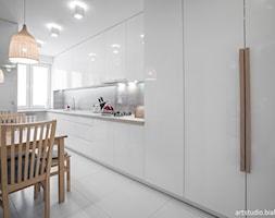 Realizacja projektu/jasno i przestrzennie - Średnia zamknięta wąska biała kuchnia jednorzędowa, sty ... - zdjęcie od MANUstudio • projektowanie wnętrz - Homebook