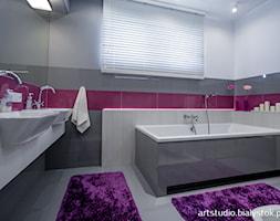 nowocześnie dla rodziny - Mała biała szara fioletowa łazienka na poddaszu w bloku w domu jednorodzinnym z oknem, styl nowoczesny - zdjęcie od MANUstudio • projektowanie wnętrz