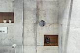 płytki betonowe w łazience, kabina walk-in, łazienka industrialna