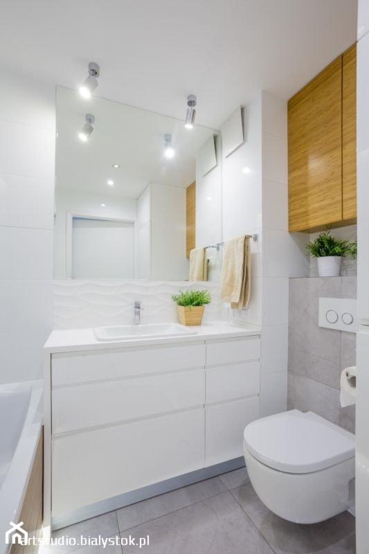 """Z """"drewnem"""" bambusowym - Mała biała szara łazienka w bloku w domu jednorodzinnym bez okna, styl nowoczesny - zdjęcie od MANUstudio • projektowanie wnętrz"""