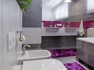nowocześnie dla rodziny - Średnia szara łazienka na poddaszu w bloku w domu jednorodzinnym z oknem, styl nowoczesny - zdjęcie od MANUstudio • projektowanie wnętrz