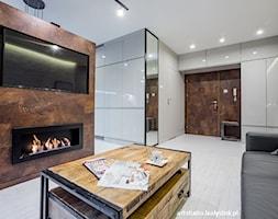 z elementami stylu industrialnego - Średni biały brązowy salon, styl industrialny - zdjęcie od MANUstudio • projektowanie wnętrz
