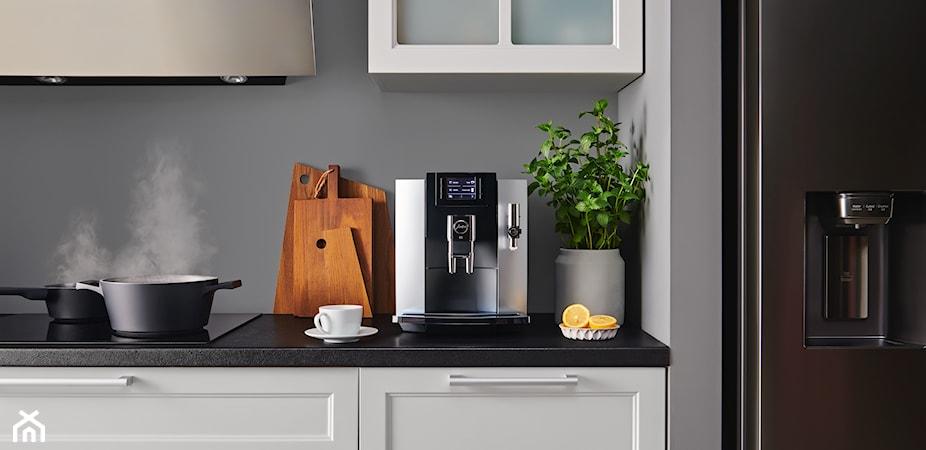 Ekspres do kawy do małej kuchni, dla dwojga czy na prezent? Wybierz idealny model i poznaj przepisy na zimowe kawy