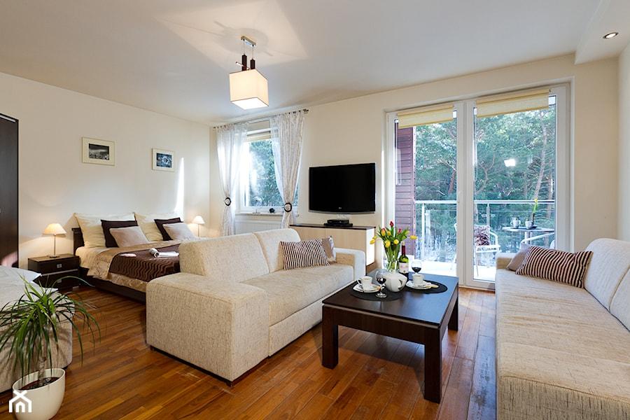 Salon po czony z sypialni studio w juracie zdj cie od domowe zmiany home staging tomasz - Home staging salon ...