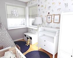Granatowy akcent - Mały biały szary pokój dziecka dla chłopca dla dziewczynki dla niemowlaka, styl skandynawski - zdjęcie od WOJSZ studio