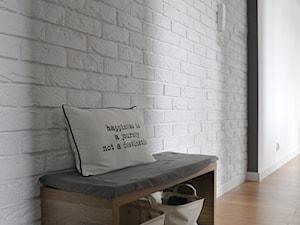 Mieszkanie Kraków,50m2. Realizacja - Średni biały hol / przedpokój, styl skandynawski - zdjęcie od STUDIO PNIAK
