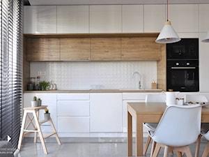 Mieszkanie Kraków,50m2. Realizacja - Mała otwarta biała kuchnia jednorzędowa w aneksie, styl nowoczesny - zdjęcie od STUDIO PNIAK