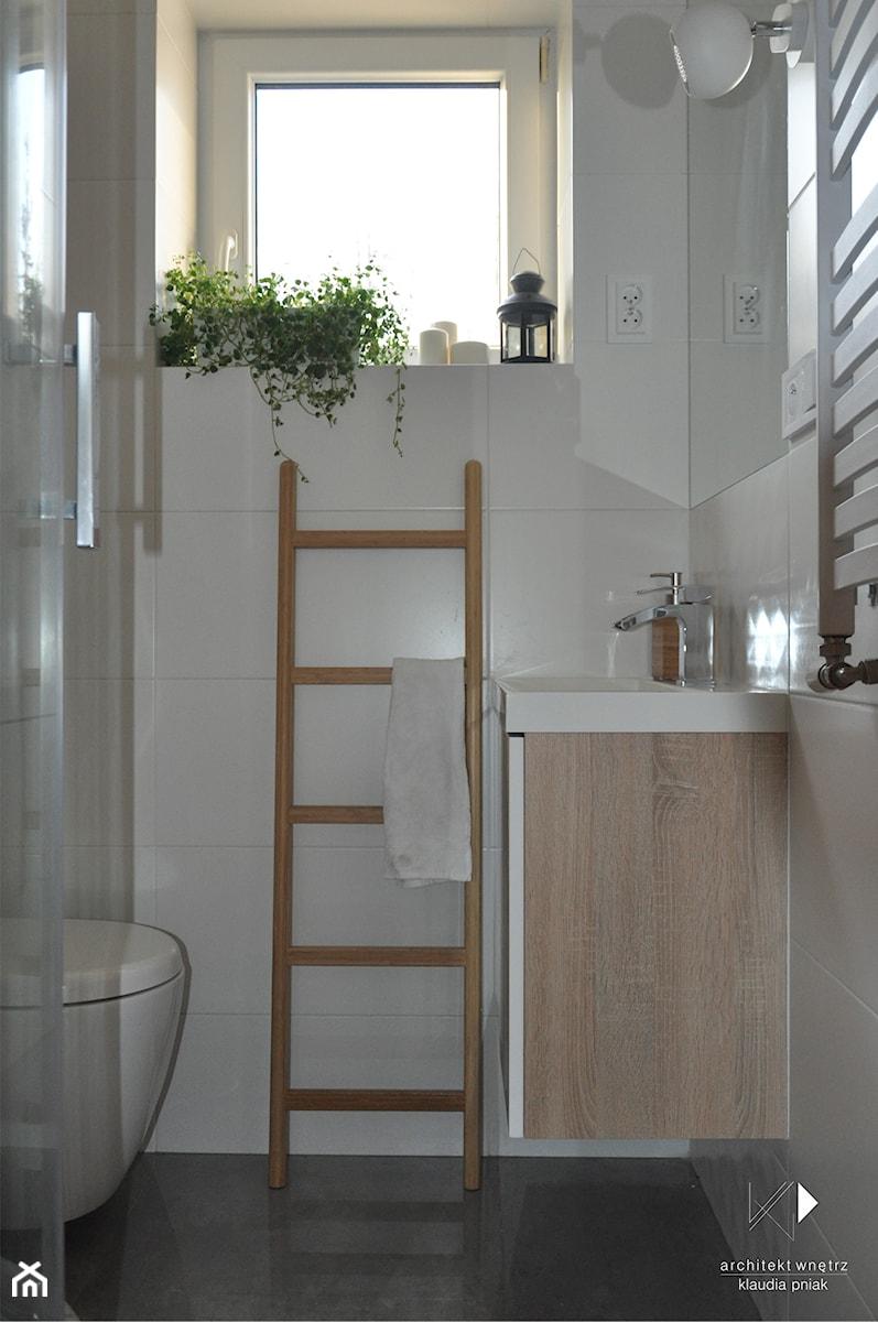 Metamorfoza domu jednorodzinnego,Wysoka-Zawiercie - Mała biała łazienka z oknem, styl skandynawski - zdjęcie od STUDIO PNIAK
